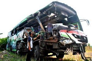 Bus Restu Tabrak Truk Gandeng di Sukomoro Nganjuk, Santri Gontor Tewas