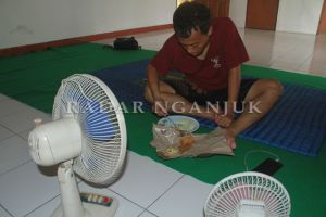 Pemain Makan Nasi Bungkus dan Tidur di Lantai