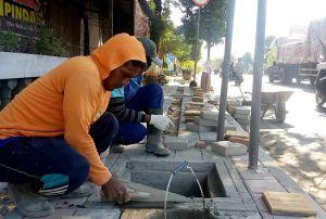 Trotoar Jalan Pantura Kota Rembang Mulai Dipercantik
