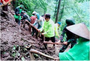 Prajurit TNI Bersama Warga Evakuasi Timbunan Longsor