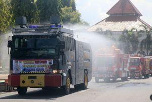 Mobil Water Canon dan Damkar Semprot Desinfektan ke Jalan di Kudus