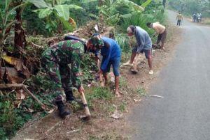 TNI Bersama Warga Gotong Royong Bersihkan Gorong-gorong