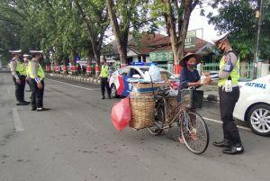Pengendara Diberhentikan Polisi, Bukannya Takut Tapi Malah Senang