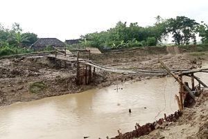 Putus Diterjang Banjir, Warga Grobogan Bangun Jembatan Darurat
