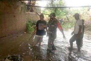 Kodim Kudus Bersama Warga Resik-resik Sampah di Sungai Nolo