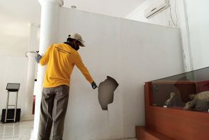 Pondasi Retak, Dinding Bolong, Lantai Ambles Dibiarkan Saja.