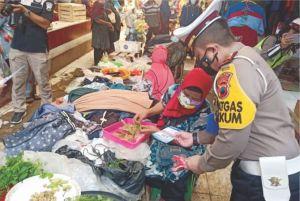 Blusukan ke Pasar, Kasatlantas Jepara Bagikan Brosur Larangan Mudik