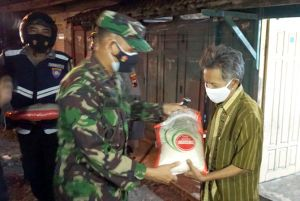 Sambil Patroli PPKM, TNI Droping Bantuan ke Warga Terdampak