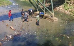 Hadeh! Sampah Sungai di Pamekasan Tersendat di Kaki Jembatan