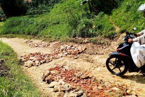 Warga Waru Sumbangan Perbaiki Jalan Rusak
