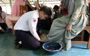 Hari Pertama Sekolah, Siswa Basuh Kaki Ibu, Mohon Restu Menimba Ilmu