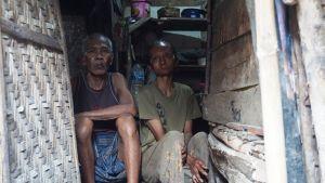 Dua Keluarga Ini Terpaksa Menghuni Kandang Kambing