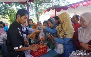 Bazar Telur Ayam dan Beras Diserbu Warga