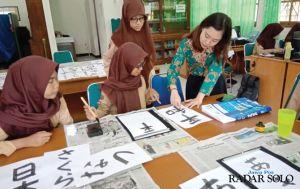 Belajar Tulis Huruf Kanji dengan Ahlinya