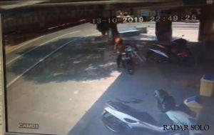 Pencuri Kotak Amal Terekam Kamera CCTV