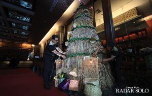 Pohon Natal Unik dari Enceng Gondok