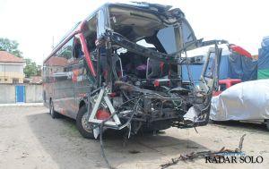 Lagi, Tol Solo-Ngawi Memakan Korban Jiwa, Bus Pariwisata Gasak Truk
