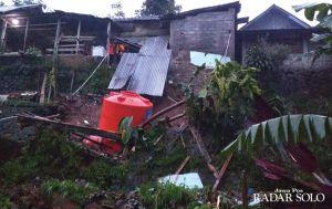 Jalan Dusun Ngrandon Amblas, Rumah Warga Longsor