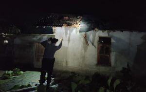 Hujan & Angin Kencang, 3 Rumah di Tirtomoyo Tertimpa Pohon Tumbang