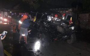 Feroza Jeep Seruduk Truk Kontainer: Mobil Ringsek, Sopir Terjepit
