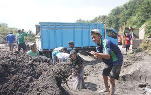 Pelajar Ini Terpaksa Menambang Pasir demi Kuota Internet
