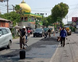Lubang Jalan Bertebaran, DPU Hanya Bisa Tambal Sulam karena Minim Dana