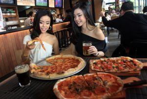 Nikmati Bir Gebrak Ditemani Pizza di Kuliner Internasional