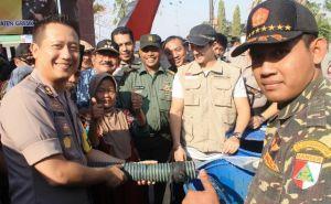 Kekeringan, Polres Dibantu Banser-FPI Distribusi Air Bersih ke Warga