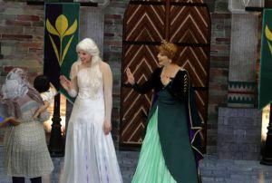 Elsa dan Anna, Karakter Frozen II Menyapa Surabaya