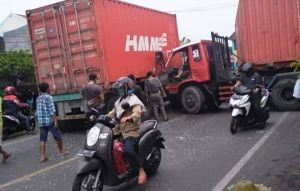Hindari Pemotor, Dua Truk Kontainer Adu Banteng di Jalan Greges Jaya