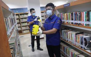 Ruangan dan Rak Tetap Disemprot Disinfektan Meski Tidak Ada Pengunjung