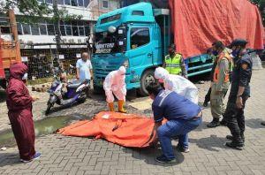 Nyalip dari Kiri, Pemotor Tewas Terlindas Truk di Perak
