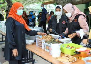 Bawa Ketupat dan Opor Ayam, Khofifah Lebaran bareng PMI di Asrama Haji