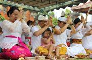 Wabup Suiasa Sembahyang Hari Saraswati di Pura Lingga Bhuwana