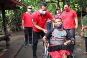Peduli  Difabel dan Lansia, Kembang Hartawan  Serahkan Bantuan