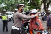OPL, Satlantas Polresta Denpasar Bagikan Puluhan Helm di Jalan