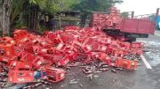 Pembatas Bak Truk Lepas, Ratusan Teh Botol Berserakan di Jalan