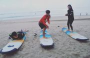 Sekolah Surfing Tetap Diminati Wisata Lokal
