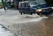Gorong-gorong Tersumbat Sampah, Jalan Pantai Purnama Langganan Banjir