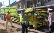 Truk Muat Besi 20 Ton Kecelakaan, Sopir Tergencet