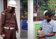 Pakai Celana Pendek, Pengunjung Kejari Klungkung Disiapkan Kamen