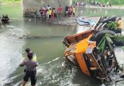 Truk Pengangkut Semen Terjun ke Sungai, Sopir Tewas Terjepit