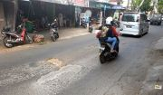 Aspal Jalan Imam Bonjol Mengelupas, Pengendara Protes Keras