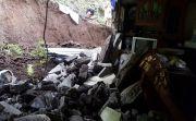 Tak Kuat Tahan Material Longsor, Tembok Rumah Warga Tamblang Jebol