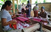 Pekerja Wisata Bentuk Komunitas, Maestro Tenun Bali Ikut Turun Tangan