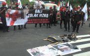 Coret Foto, Pendemo Sebut Rizieq Shihab Sumber Bencana di Indonesia