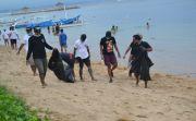 Teladani JRX SID, Para Pemuda Ini Bersihkan Pantai dan Galang Donasi