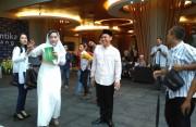 Jelang Buka, General Manager Hotel Santika Bermain Bersama Wartawan