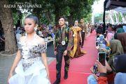 Fashion Show di Trotoar Dimeriahkan Melly Goeslaw