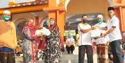Bagi 800 Paket Sembako Untuk Warga Terdampak Korona
